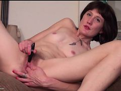 Skinny mom Meredith buzzes her hairy cunt